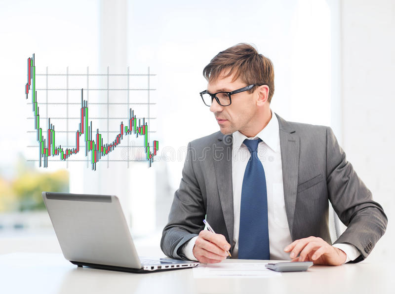 Uomo d'affari con il computer, le carte ed il calcolatore fotografia stock libera da diritti