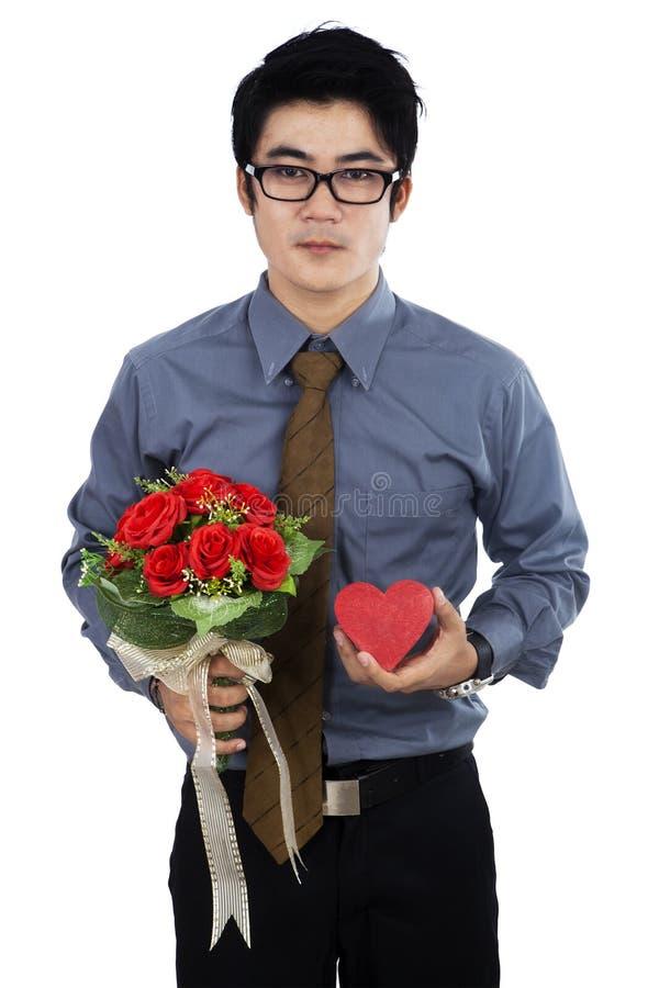 Uomo d'affari con il contenitore ed i fiori di regalo immagini stock