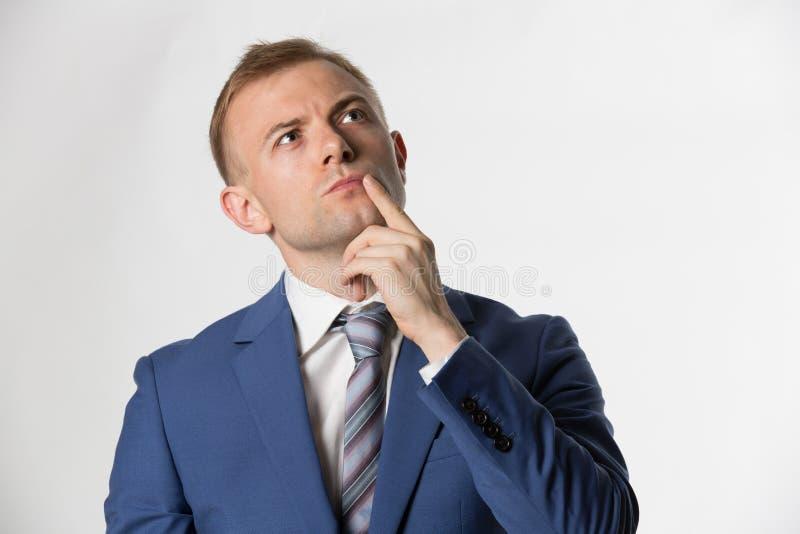 Uomo d'affari con il dito sul pensiero del fronte immagine stock