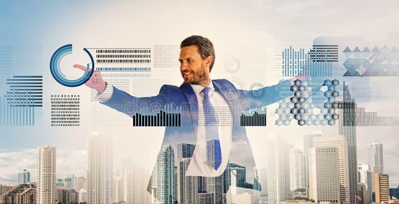 Uomo d'affari con il fondo del centro di affari della cartella Tecnologia digitale finanziaria di statistiche Concetto di affari  immagini stock libere da diritti