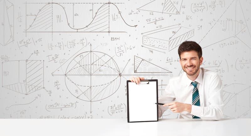 Uomo d'affari con il fondo di calcoli di affari immagini stock libere da diritti