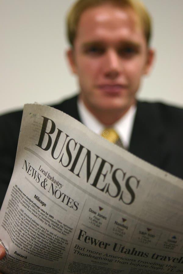 Uomo d'affari con il giornale immagine stock