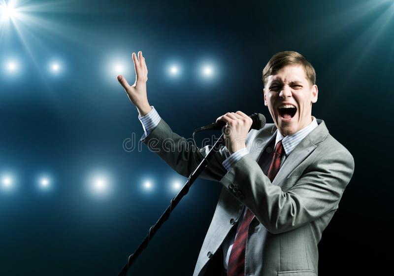 Uomo d'affari con il microfono immagine stock