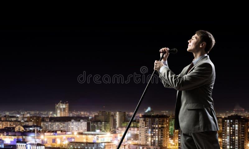 Uomo d'affari con il microfono immagini stock libere da diritti