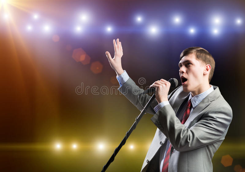 Uomo d'affari con il microfono immagine stock libera da diritti