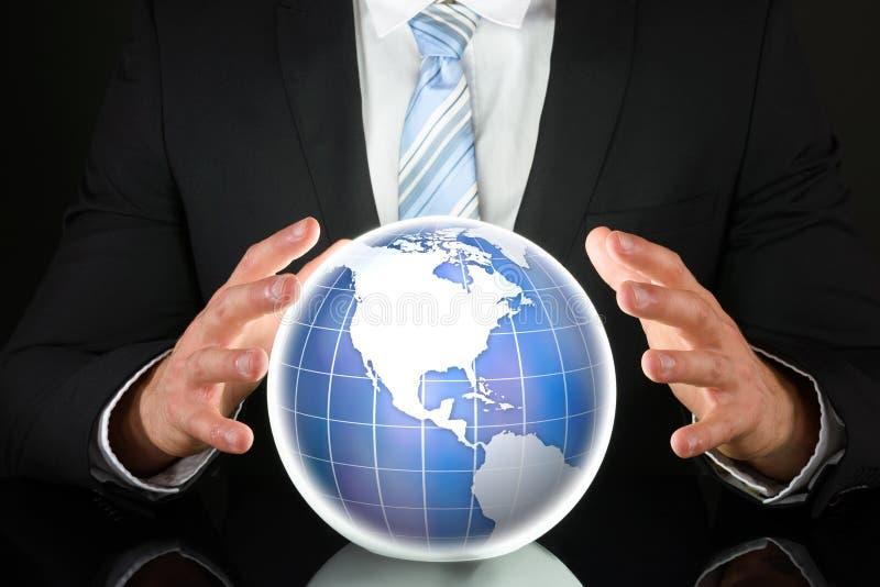 Uomo d'affari con il puzzle del globo 3D fotografia stock libera da diritti