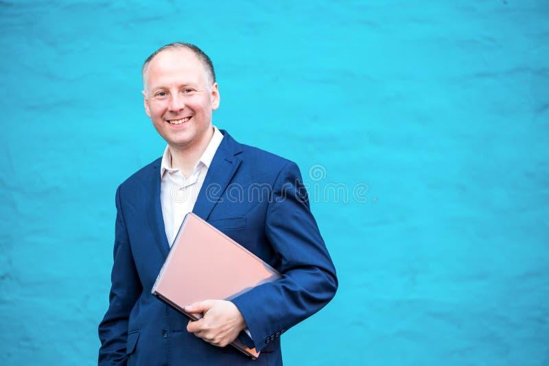 Uomo d'affari con il suo computer portatile fotografia stock