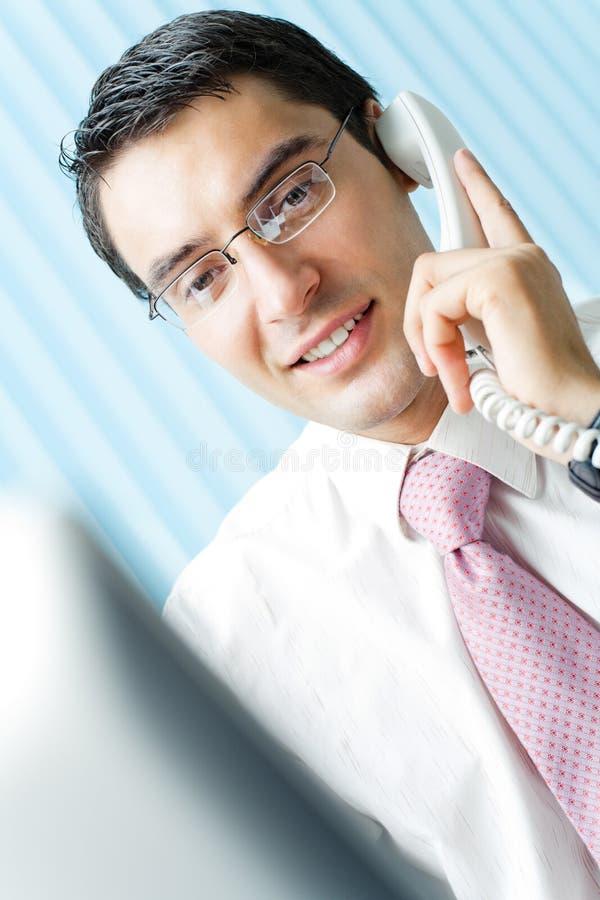 Uomo d'affari con il telefono fotografie stock