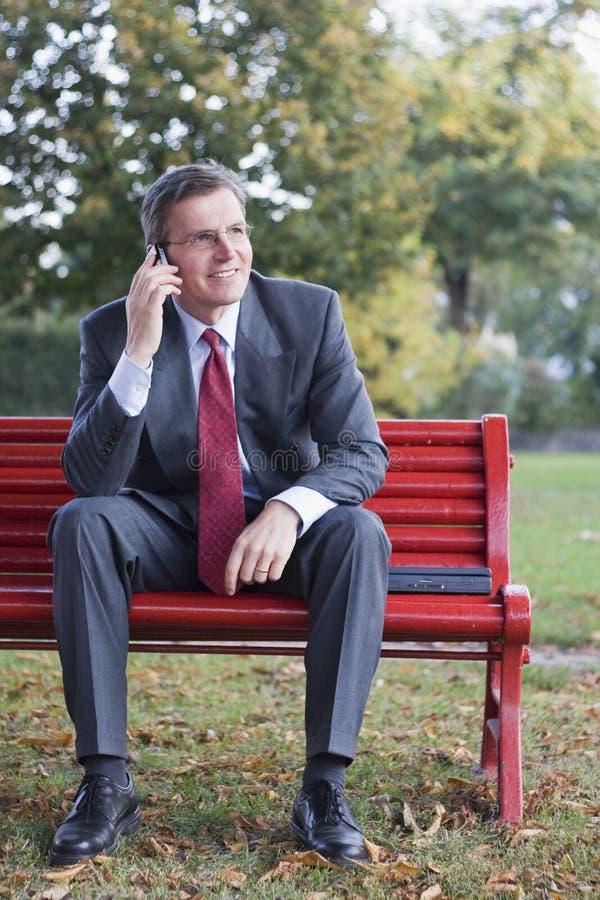 Uomo d'affari con il telefono delle cellule fotografia stock