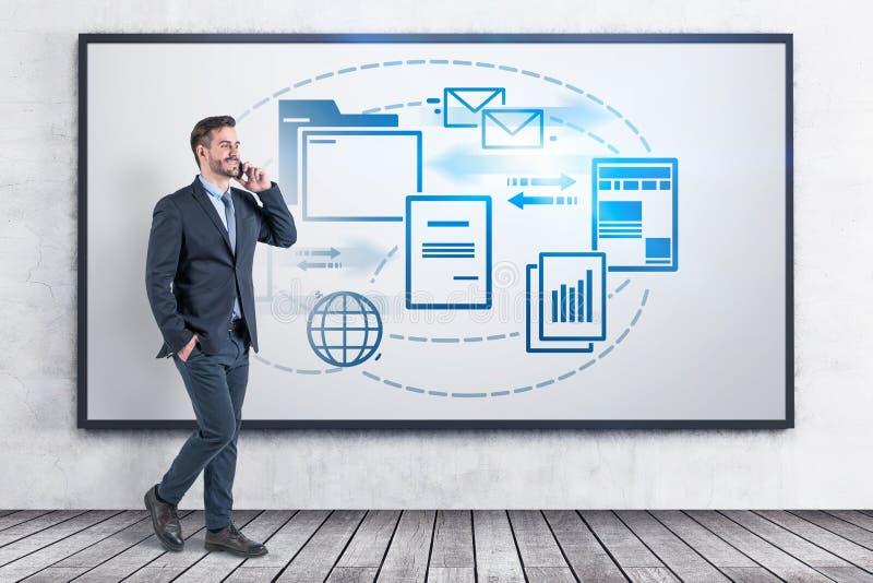 Uomo d'affari con il telefono ed il documento elettronico immagine stock libera da diritti