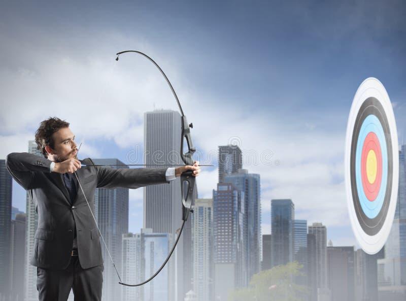 Uomo d'affari con l'arco e la freccia fotografie stock
