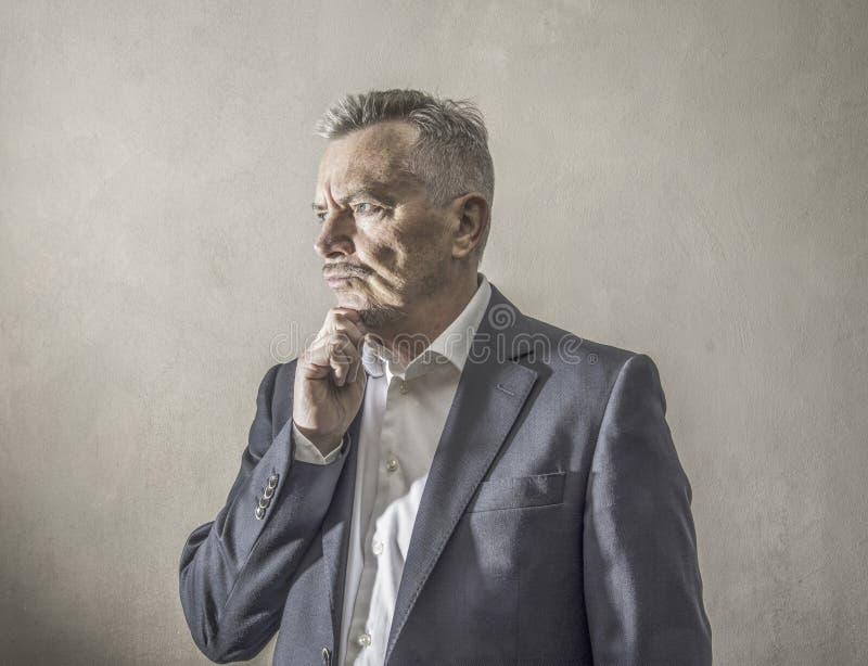 Uomo d'affari con l'espressione premurosa fotografia stock libera da diritti