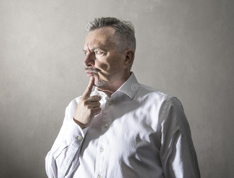Uomo d'affari con l'espressione premurosa immagini stock libere da diritti