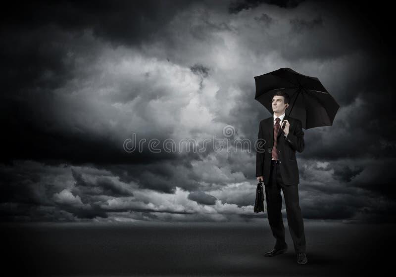 Uomo d'affari con l'ombrello immagini stock
