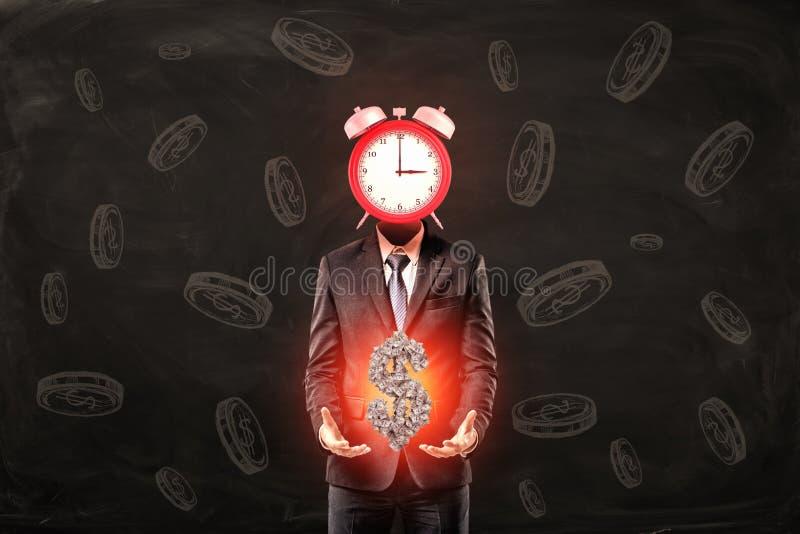 Uomo d'affari con l'orologio invece del simbolo di dollaro di tenuta capo dei soldi sul fondo nero del modello della moneta royalty illustrazione gratis