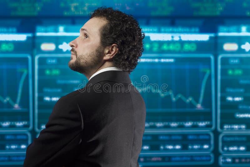 Uomo d'affari con la barba ed il vestito nero fotografia stock libera da diritti