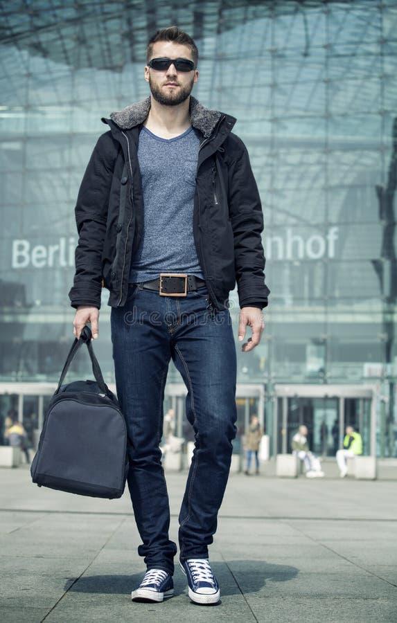 Uomo d'affari con la borsa di viaggio alla stazione immagine stock
