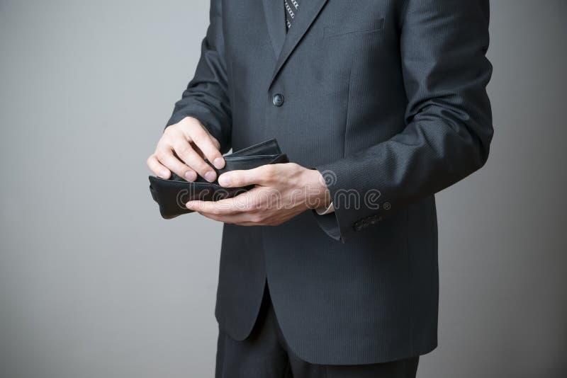 Uomo d'affari con la borsa vuota in mani fotografia stock