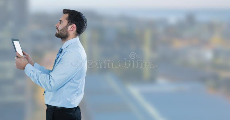 uomo d'affari con la compressa nel paesaggio urbano immagini stock