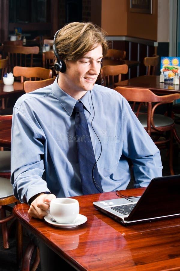 Uomo d'affari con la cuffia avricolare immagini stock libere da diritti