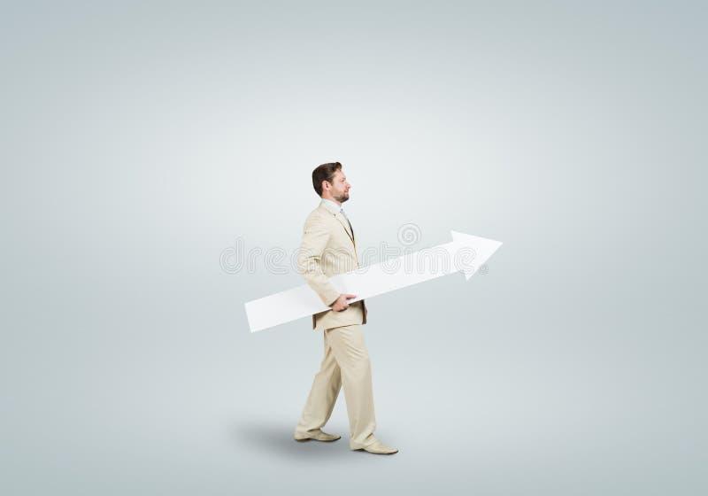 Uomo d'affari con la freccia fotografie stock libere da diritti