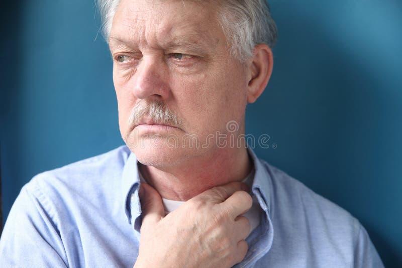 Uomo d'affari con la mano alla gola fotografie stock libere da diritti