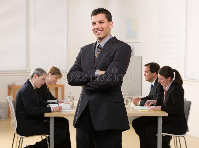 Uomo d'affari con la riunione dei colleghe fotografia stock