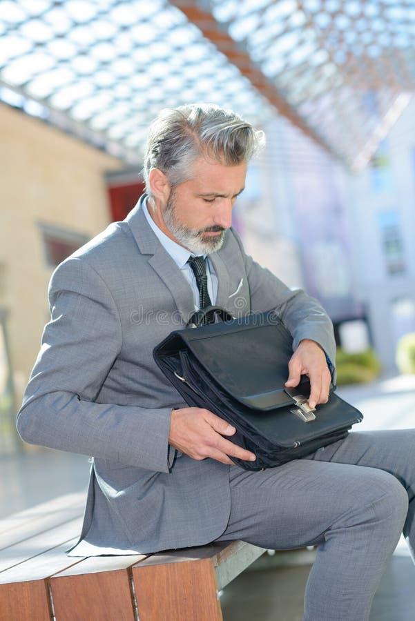 Uomo d'affari con la valigia immagini stock