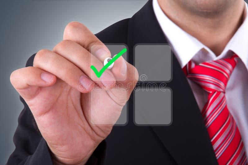 Uomo d'affari con lo schermo di Digital immagine stock