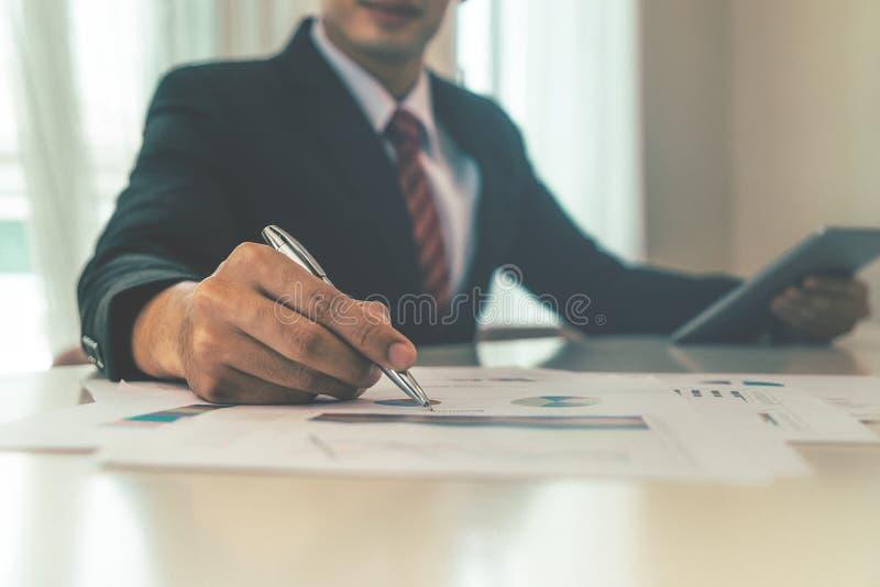 Uomo d'affari con scrittura della mano sul rapporto fotografia stock