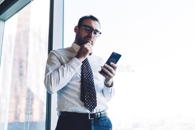 Uomo d'affari con telefono cellulare immagine stock libera da diritti