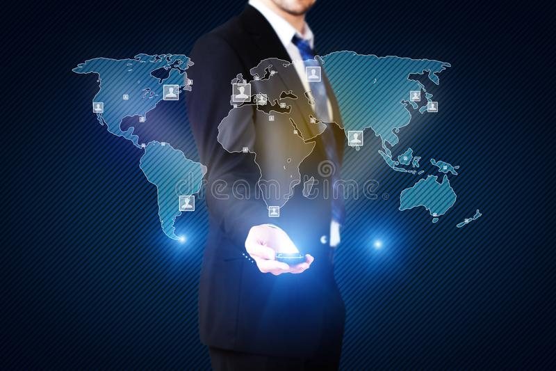 Uomo d'affari con una mappa di mondo olografica fotografia stock