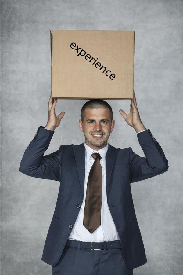 Uomo d'affari con una scatola di esperienza immagini stock libere da diritti