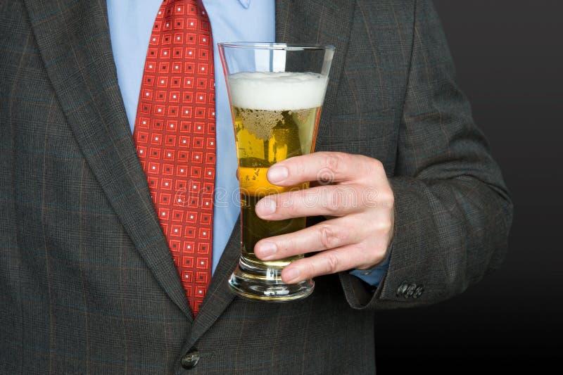 Uomo d'affari con vetro di birra fotografia stock libera da diritti