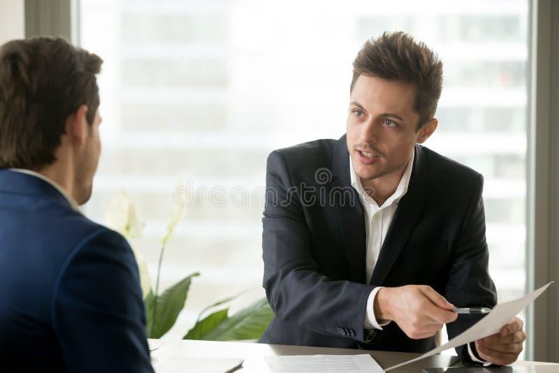 Uomo d'affari consultantesi del consulente finanziario, discutere contrattuale fotografia stock