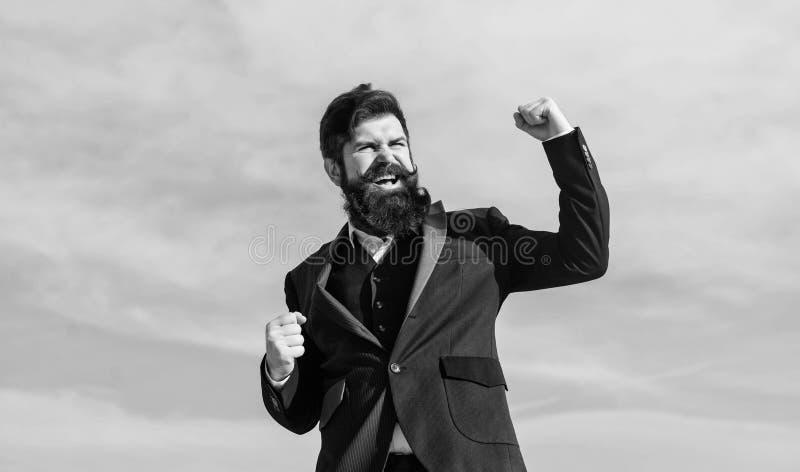 Uomo d'affari contro il cielo Pantaloni a vita bassa caucasici brutali con i baffi Uomo barbuto Successo futuro Affare agile fotografie stock libere da diritti