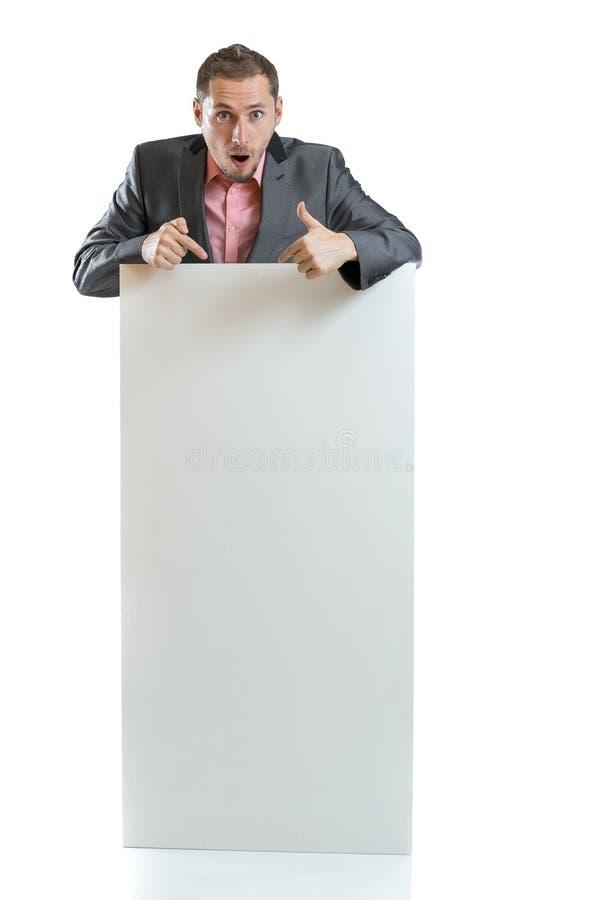 Uomo d'affari del legame del vestito che visualizza cartello fotografie stock libere da diritti