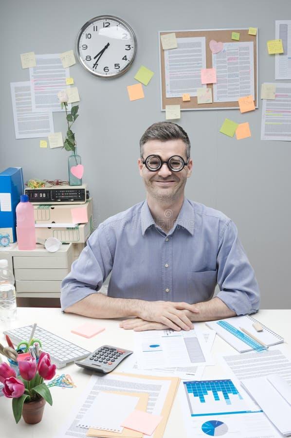 Uomo d'affari del nerd sul lavoro fotografia stock libera da diritti