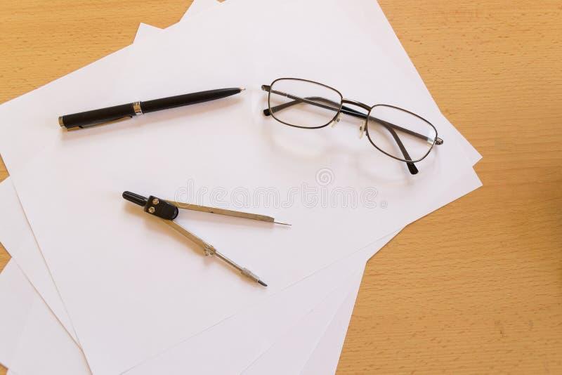 Uomo d'affari del posto di lavoro di disposizione del piano dell'ufficio fotografia stock libera da diritti