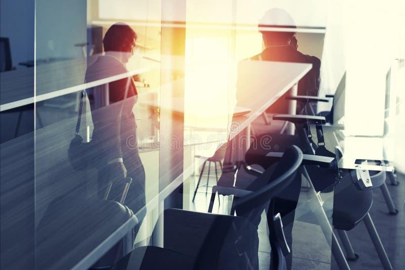 Uomo d'affari del viaggiatore pronto alla riunione d'affari Doppia esposizione fotografie stock