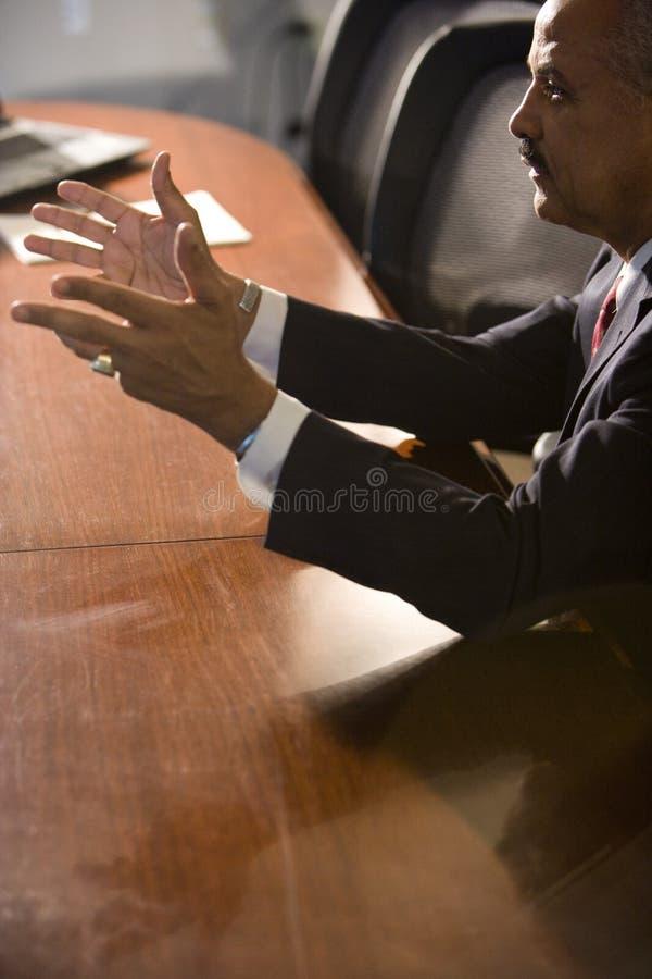 Uomo d'affari dell'afroamericano alla tabella di congresso immagini stock libere da diritti