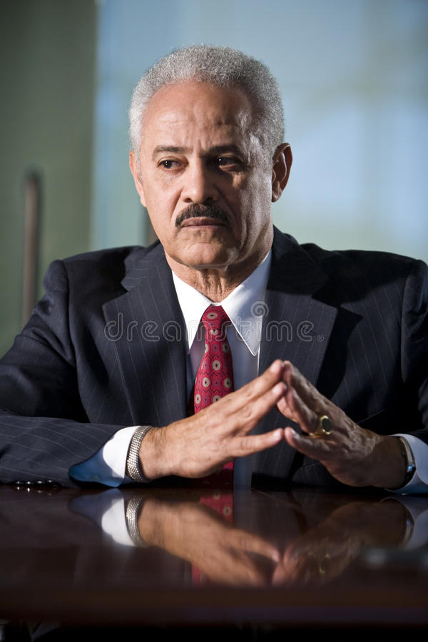 Uomo d'affari dell'afroamericano alla tabella di congresso fotografia stock