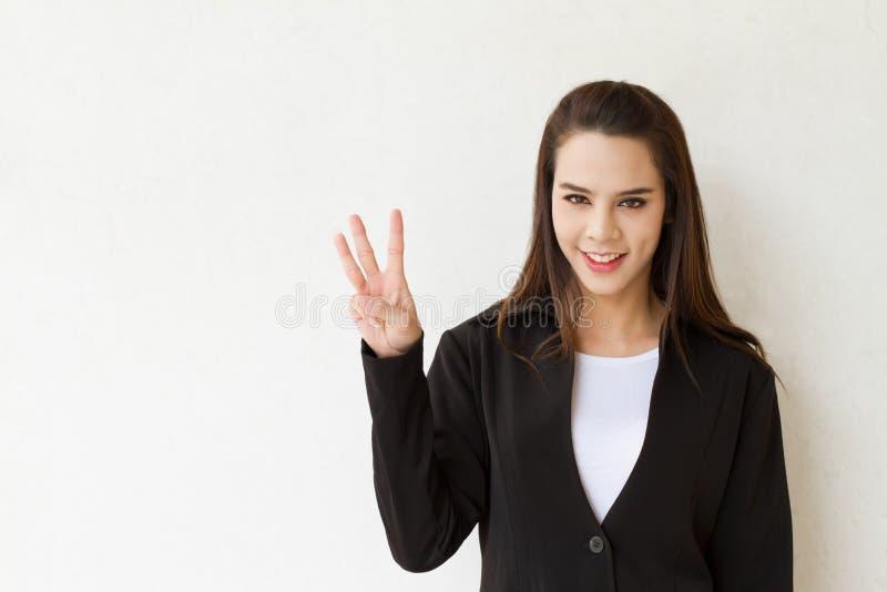 Uomo d'affari della donna che mostra gesto di mano di 3 o tre dita fotografie stock libere da diritti