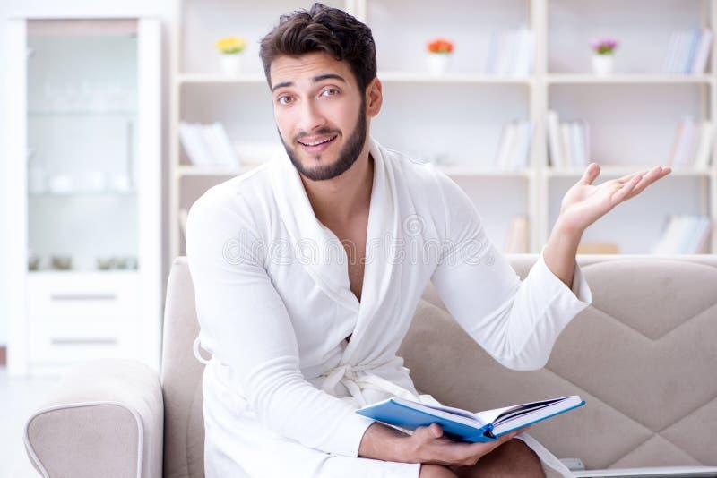 Uomo d'affari dello studente del giovane che legge un libro che studia lavoro a fotografia stock