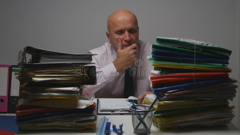 Uomo d'affari deludente Thinking Pensive Bored e stanco nell'ufficio di contabilità immagine stock libera da diritti