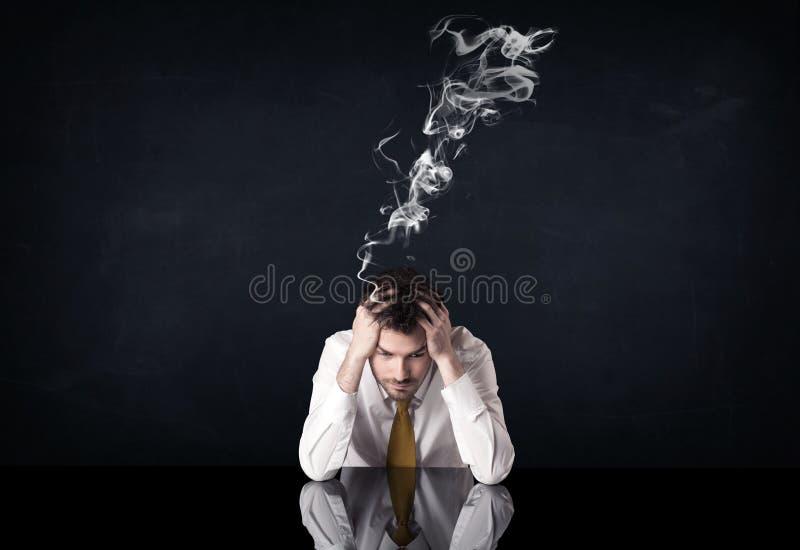 Uomo d'affari depresso con la testa di fumo fotografie stock