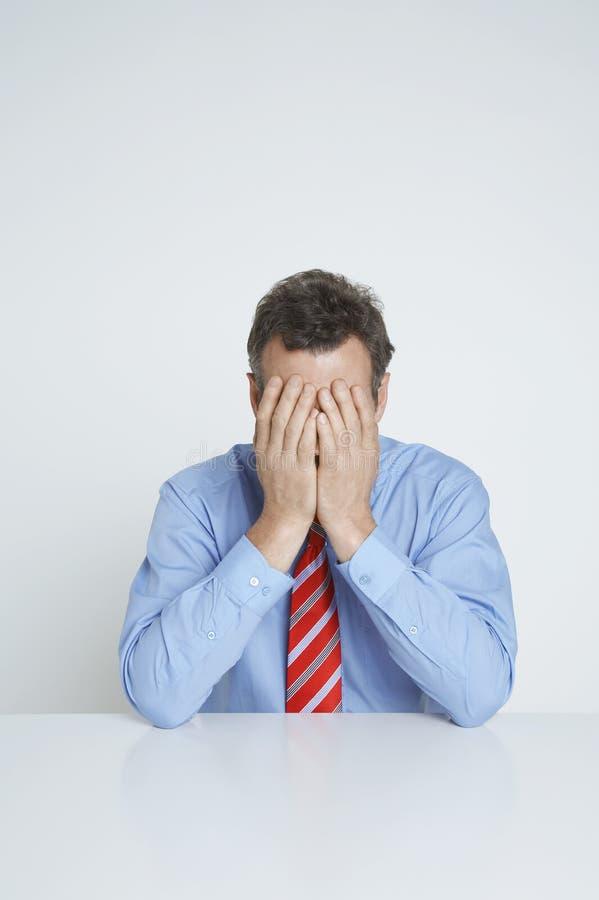 Uomo d'affari depresso Covering Face fotografie stock libere da diritti