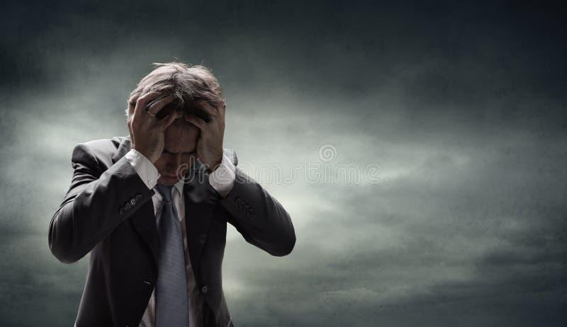 Uomo d'affari depresso With Grunge Cloudscape fotografie stock