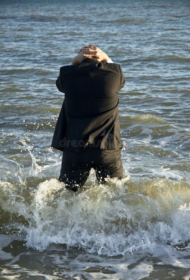 Uomo d'affari depresso in mare fotografia stock