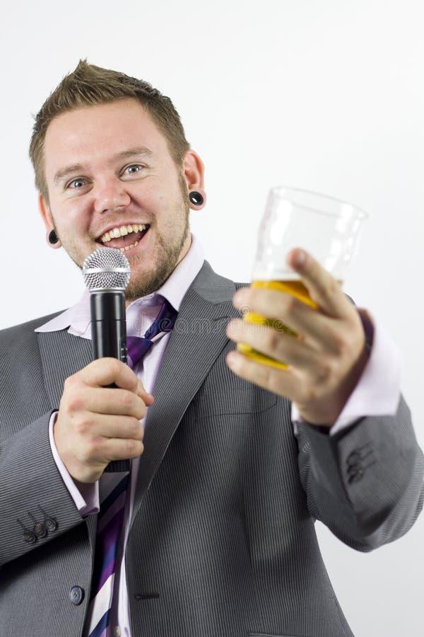 Uomo d'affari di canto di karaoke felice fotografia stock